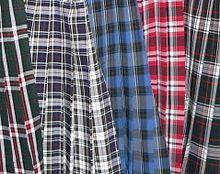 5b674f626182 La jupe à motifs écossais est typique de l uniforme féminin des écoles  catholiques du Canada et des États-Unis.