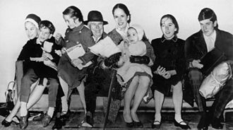 Oona O'Neill - The Chaplins and six of their eight children in 1961. From left to right: Geraldine, Eugene, Victoria, Chaplin, O'Neill, Annette, Josephine and Michael.