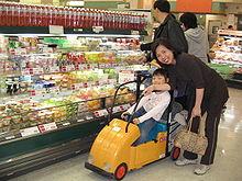 Un carrello che prevede uno spazio per i bambini