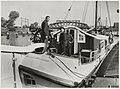 De schrijver Jan de Hartog (links) op zijn in Haarlem gebouwde tjalk, aan de Harmenjansweg 57bb bij de reparatiewerf voor schepen W.B. van Kuykhoven & Zn. In het midden staat Coen Kuykhoven.JPG