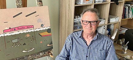 Helmore and his art, taken in 2018 in his Hastings home Des Helmore at home, cropped.jpg