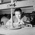 Diamantbewerker aan het werk in Natanya, Bestanddeelnr 255-4370.jpg
