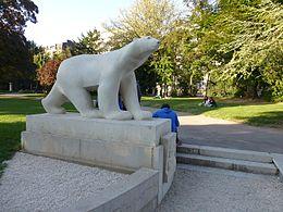 A replica of François Pompon's polar bear in Dijon, Garden Darcy.