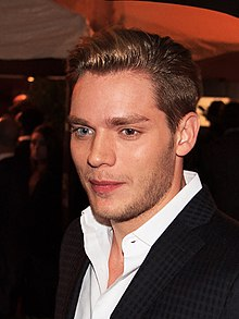 Dominic Sherwood (22429006997) .jpg