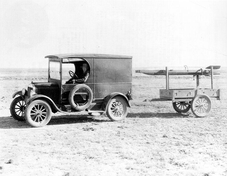 Robert Goddard, transportando un cohete en Roswell (Nuevo Méjico).