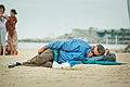 Durmiendo en la playa (8306326515).jpg