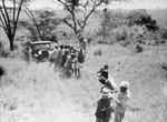 ETH-BIB-Lieferwagen wird von einer Gruppe aus dem Fluss gezogen-Kilimanjaroflug 1929-30-LBS MH02-07-0291.tif