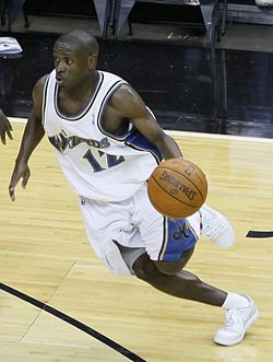 Earl Boykins playing with the Washington Wizards.jpg