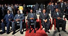 Cinco presidentes sentados en sillas en una escena al aire libre con sol y alfombra roja: Yoweri Museveni de Uganda, Mwai Kibaki de Kenia, Paul Kagame de Ruanda, Jakaya Kikwete de Tanzania y Pierre Nkurunziza de Burundi