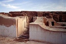 Ruïnes van muren en een straat in de woestijn