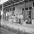 Een groep passagiers waarschijnlijk op de airstrip bij Zorg en Hoop (Paramaribo), Bestanddeelnr 252-2335.jpg