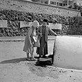Een vrouw legt een briefje neer bij de graftombe van de filosoof en arts rabbi …, Bestanddeelnr 255-4107.jpg
