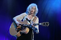 Emmylou Harris with guitar.jpg