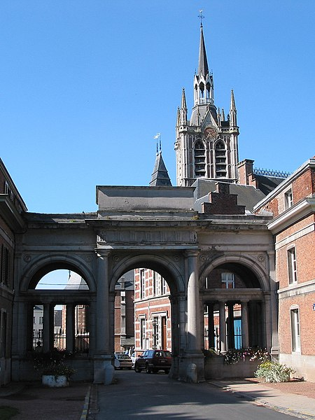 Enghien (Belgium), Avenue Albert 1er - The St. Nicolas of Smyrne church (XIV/XIXth century) and the entry of the park.