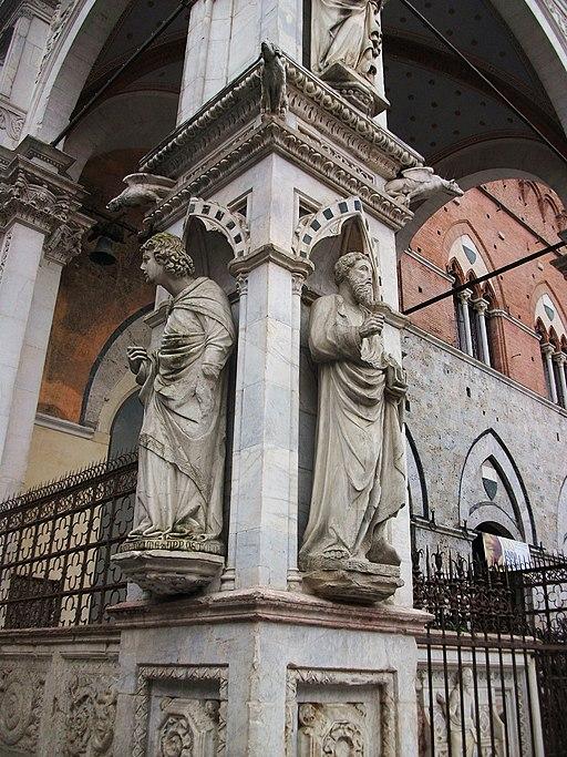 Beelden voor de Cappella di Piazza, Piazza del Campo. Links, Mariano di Angelo (o Giovanni di Turino), San Tommaso apostolo(ca. 1378 - 1382), rechts Lando di Stefano,San Bartolomeo(ca. 1378 - 1382)
