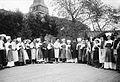 Folkvisedanslaget, den första ringen, vid Skansens vårfest 1904, på sommarteatern å nedre Solliden - Nordiska Museet - NMA.0052947.jpg