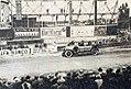 GP de l'ACF de tourisme 1923, André Boillot le vainqueur sur Peugeot devant le panneau d'affichage.jpg