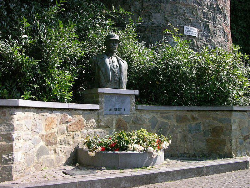 Buste du roi Albert Ier (Belgique). Bronze sur socle en pierre bleue, sis rue du Moulin à Gembloux (province de Namur, Belgique). Inauguré le 26.10.1958.