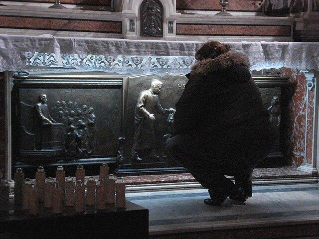 Алтарь с мощами Джузеппе Москати (Джезу Нуово, Неаполь). По обычаю, неаполитанцы пожимают руку рельефного изображения святого