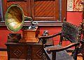 Gramòfon i cadira, estudi Benlliure, València.JPG