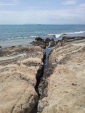 Grieta rocosa en las calas del Cabo de las Huertas.jpg