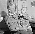 Grootvader Ernst Klein met een kleinkind op schoot, Bestanddeelnr 254-4636.jpg