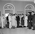 Het koninklijk paar tijdens de ontvangst in het gouverneurspaleis in Willemstad, Bestanddeelnr 252-3592.jpg