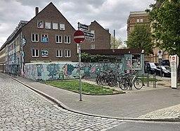 Hilarius-Gilges-Platz mit Mauer des Spielhofs ehemaliger Kindergarten Eiskellerstraße 3 und Einsicht in die Ritterstraße, Düsseldorf