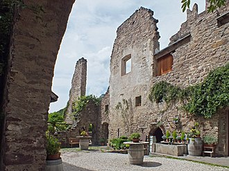 Hocheppan Castle - Image: Hocheppan Burghof