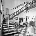 Interieur hal, overzicht houten trappenhuis met smeedijzeren spijlen - Lochem - 20339002 - RCE.jpg