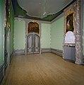 """Interieur voorkamer rechts, schoorsteen met reliëf, schilderstuk en porte-brisée met bovendeurstuk, """"De Wiskunde"""" - Dordrecht - 20337198 - RCE.jpg"""