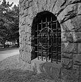 Kansallismuseo, alakerran raudoitettu ikkuna-aukko - GN7905 - hkm.HKMS000005-km0000mu90.jpg