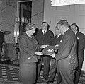 Koningin Juliana krijgt grammofoonplaat, gemaakt bij huwelijk prinses Beatrix , , Bestanddeelnr 918-9404.jpg