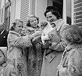 Koninklijk gezin op Soestdijk met hondje buiten, Bestanddeelnr 904-2780.jpg