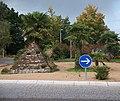 Kreisverkehr mit Steinpyramide und Palmen - panoramio.jpg