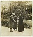 L'impératrice Eugénie dans le parc de Farnborough.jpg
