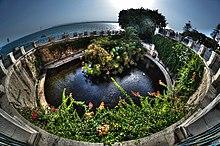 Panoramica della fonte Aretusa, confinante con il mare