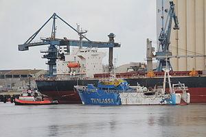 La Thalassa's last trip - remorqueur Vengeance et La Thalassa devant l' Alianca Orient.jpg