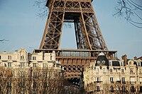 Photographie montrant le second étage de la tour Eiffel dominant le toit des immeubles environnants.