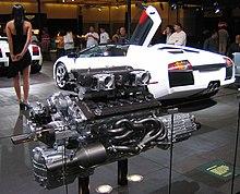 Dettaglio del motore V12 e parte posteriore di una Lamborghini Murciélago Roadster al salone di Los Angeles 2006