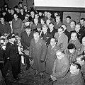 Land-en zeemacht-officieren ontbloten het hoofd in de aula van een begraafplaats, Bestanddeelnr 255-9012.jpg