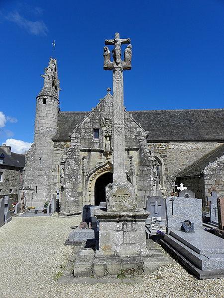 Église Saint-Loup de Lanloup (22). Calvaire, clocher et porche sud.