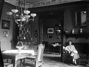 Laure assise dans la salle à manger, maison Fenrich, Bingen, Allemagne (6999468185)