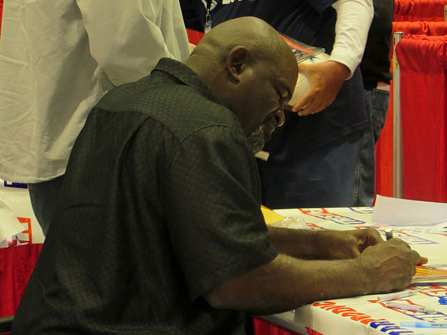 Lawrence Taylor signing autographs in Jan 2014.jpg
