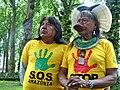 Le cacique Raoni Metuktire et son neveu Megaron Txucarramãe pendant le S.O.S. Amazônia Tour.jpg