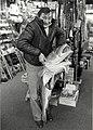 Leo Balk met zijn op de Noorderpier in IJmuiden gevangen Kabeljouw, in de Hengelsportwinkel van Paul Goedvolk aan de Gasthuisstraat 46 hoek Botermarkt. NB. Kabeljouw 1.40 lang. gewicht 42 po, NL-HlmNHA 54014420.JPG