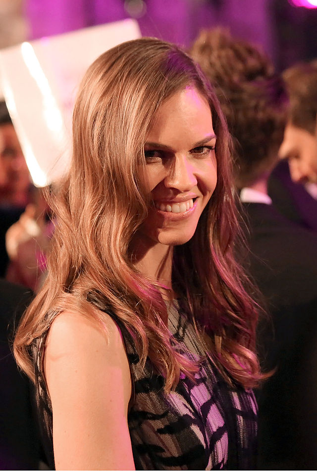 The 42-year old daughter of father Stephen Michael Swank and mother Judy Kay Clough, 168 cm tall Hilary Swank in 2017 photo