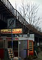 Manous Schlemmerstube an der stillgelegten Siemensbahn in Berlin-Siemensstadt.jpg