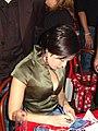 Mariana Ximenes autografando.jpg