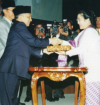 Megawati Sukarnoputri - MPR Chairman Amien Rais congratulates Megawati on her appointment as president.